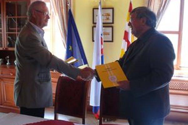 Starosta Peter Ryška a generálny riaditeľ pretekov Okolo Slovenska Juraj Takáč podpísali dohodu o spolupráci.