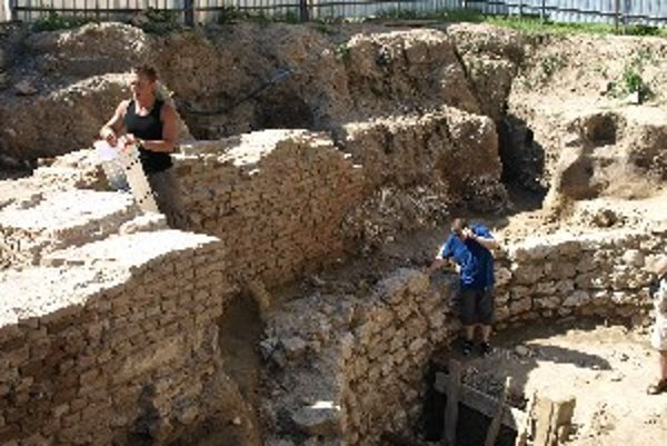 Pozostatky rotundy pri Bazilike sv. Mikuláša. Pod ňou sa nachádza kostnica.