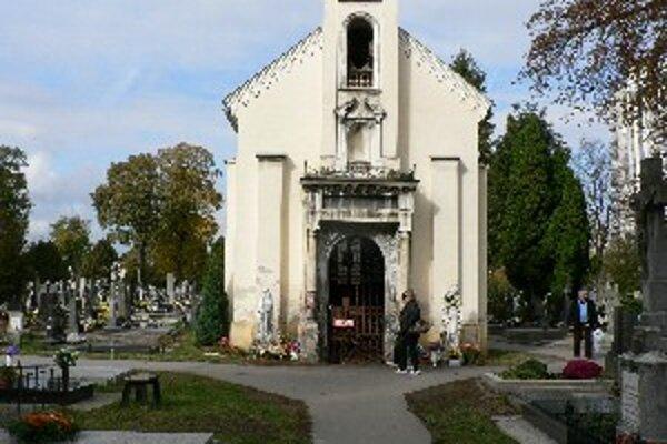 V blízkosti kaplnky na cintoríne Terézie Vansovej bude zakázané zapalovať kahance.