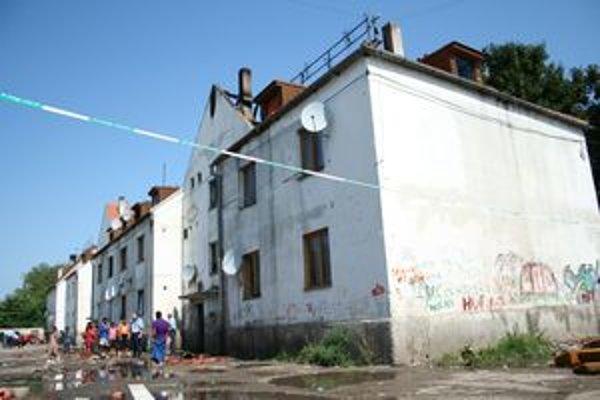 Po požiari bytovky na Coburgovej ulici ostali ľudia bez strechy nad hlavou. Mesto ich zatiaľ ubytuje v stanoch.