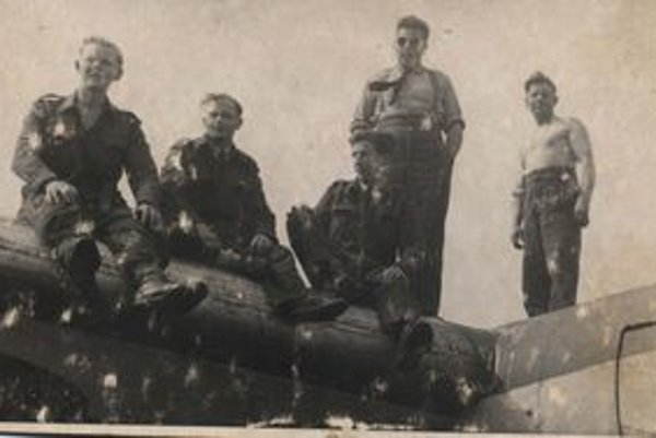 Ján Barcaj(hore bez) so svojimi spolubojovníkmi.