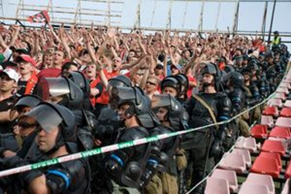 Jesenný zápas Slovana v Trnave tiež sprevádzali prísne bezpečnostné opatrenia.