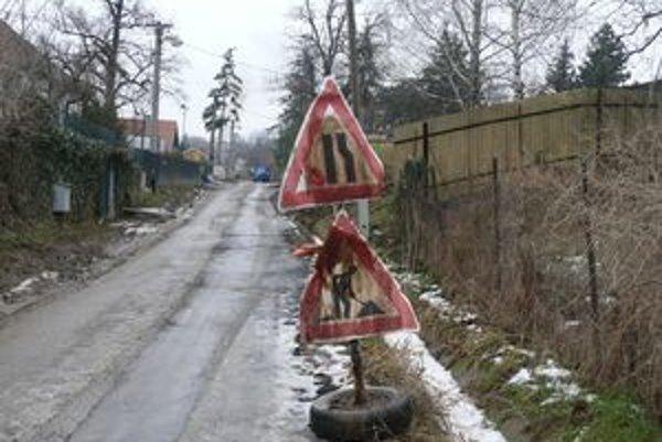 Ulička v Suchej nad Parnou je veľmi ťažko prejazdná.