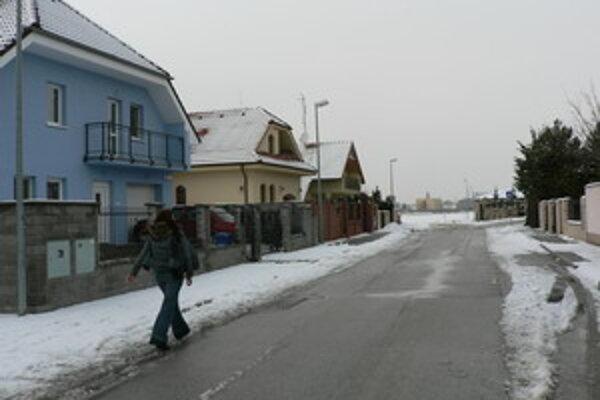 Jabloňova ulica, ktorá by mala pokračovať cez pole a napojiť sa na Bulharskú ulicu v Trnave.