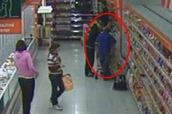 Dievča si zmyslelo ukradnúť tašku rovno z nákupného košíka.