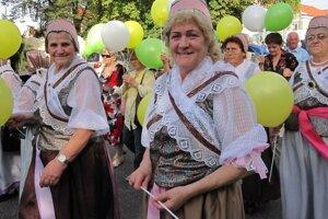 Ženy v krojoch kráčali v Baníckom sprievode.