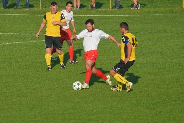 Domáci Pavol Bulko (v bielom) v súboji o loptu s hosťujúcim kapitánom Jurajom Kenderom  v zápase V.Bierovce/Opatovce - Kľúčové.