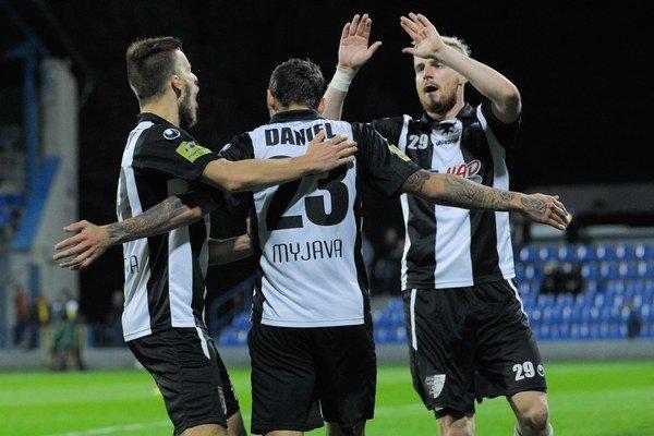 Hráči Spartaku Myjava Peter Sládek, Erik Daniel a Frederik Bilovský sa tešia po prvom góle v zápase.