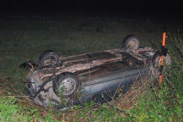 Po zrážke s diviakom skončilo auto na streche v poli.