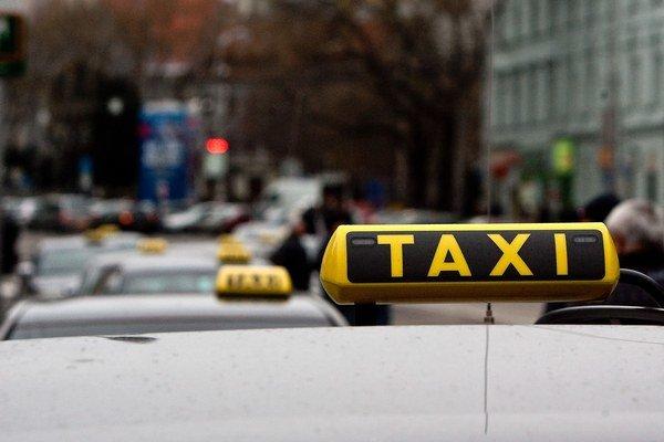 Mesto kontrolovalo taxikárov.