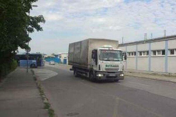 Na obmedzenie nákladnej dopravy si obyvatelia Zlatovskej ulice budú musieť ešte počkať.