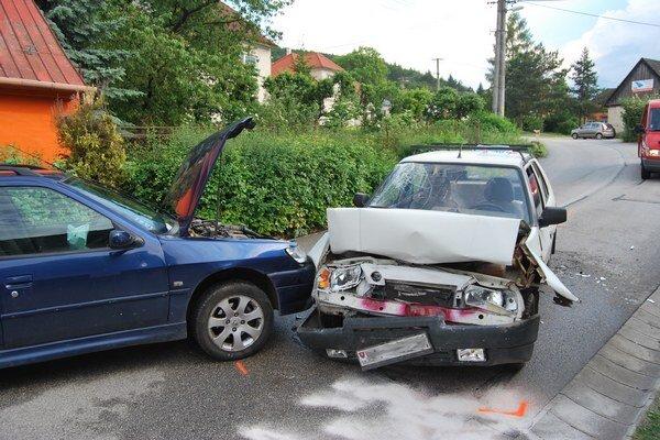 Osobné autá sa čelne zrazili priamo v obci.