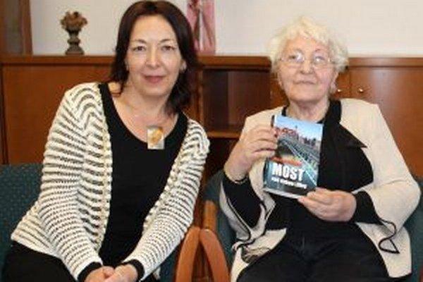 Dcéra s mamou - Spisovateľka Marta Gergelyová (vľavo) a ľudová umelkyňa Božena Adamicová
