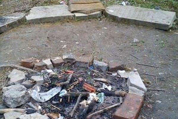 Tínedžeri sedávali na náhrobných kameňoch v Bošáci pri ohnisku