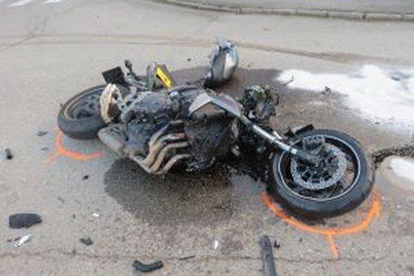 Po nehode utrpela spolujazdkyňa na motorke vážne zranenia.