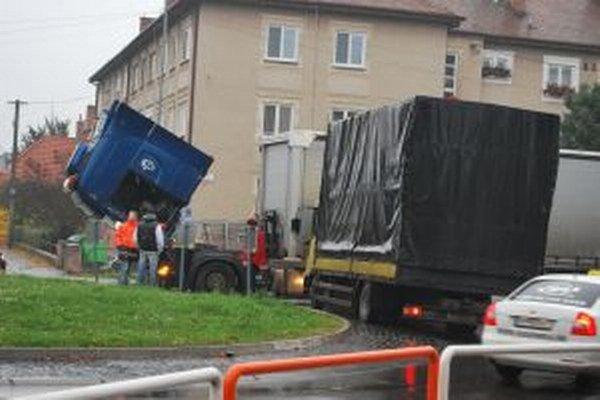 Kamión stál priamo na kruhovom objazde.
