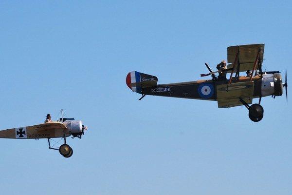 Na oblohe sa odohrávali letecké boje z čias 1. svetovej vojny.