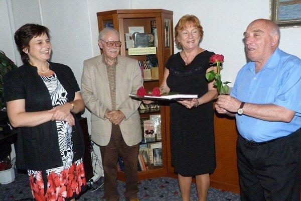 Knihu pokrstili červenými ružami.