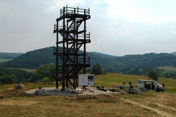 Výstavba rozhľadne na vrchu Hrajky.