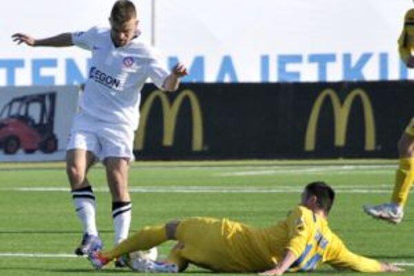 Peter Mazan (vľavo) strelil jediný gól zápasu.