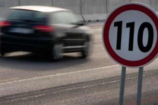 Odtrhnutý žľab na diaľnici obmedzuje rýchlosť už rok.