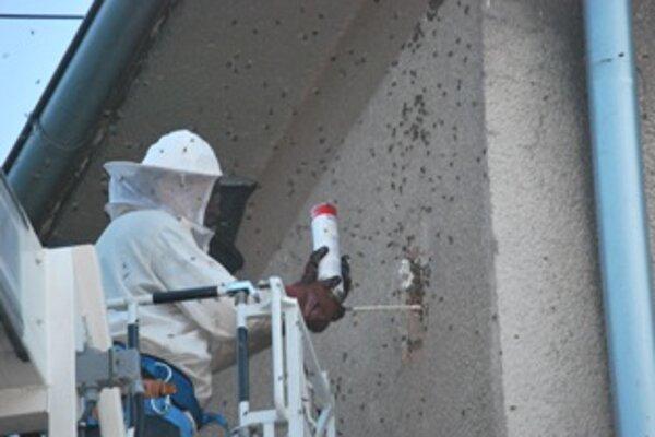 Včelár s hasičmi zasahovali z vysokozdvižnej plošiny.