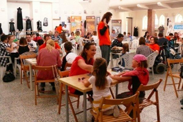 Okolo stolov s hrami bolo stále plno.
