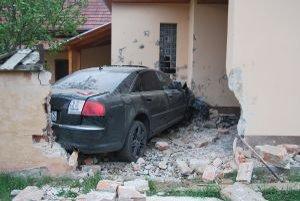 Mladý vodič zničil auto, múr i stenu rodinného domu.