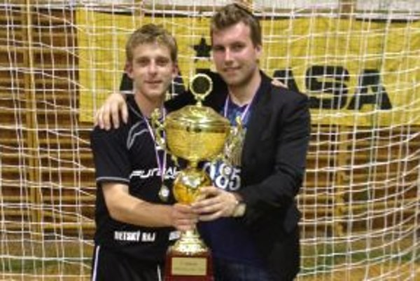 Prezident klubu Zdenko Hrehor (vpravo) s trofejou.