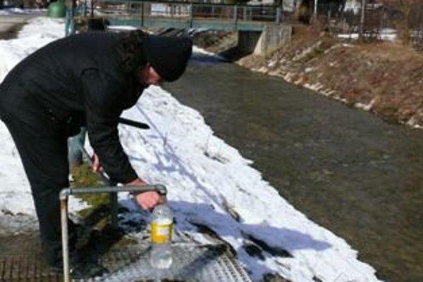 Mrazy spôsobili poruchy na obecnom vodovode, pre vodu chodia ľudia k prameňu pri potoku v centre obce s bandaskami