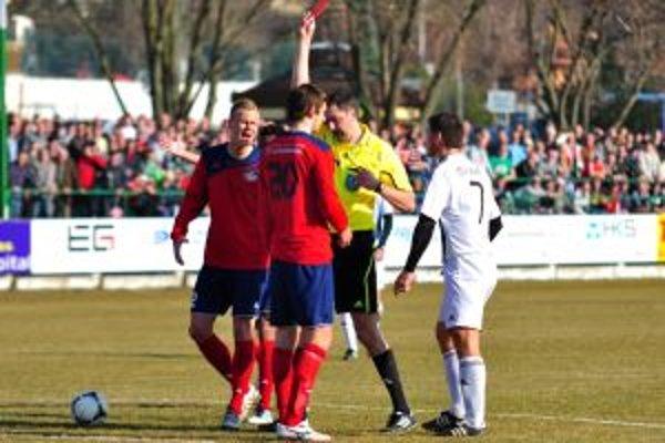 V Myjave sa červenalo. Až traja futbalisti odišli z ihriska predčasne.