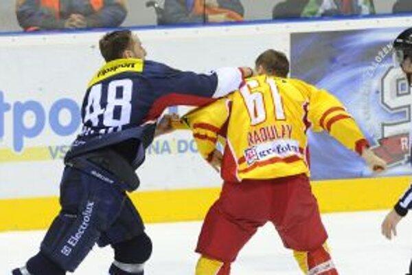 Diváci v Bratislave videli aj pästný súboj medzi domácim Ďatelinkom a hosťujúcim Radulayom.