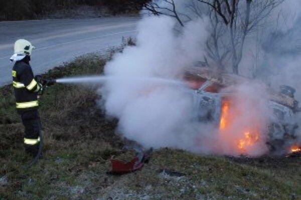 Po nehode sa vozidlo ocitlo mimo cesty a začalo horieť.