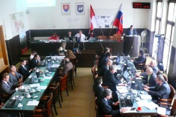 Poslanci po menších úpravách oproti návrhu mesta prijali rozpočet na rok 2012.