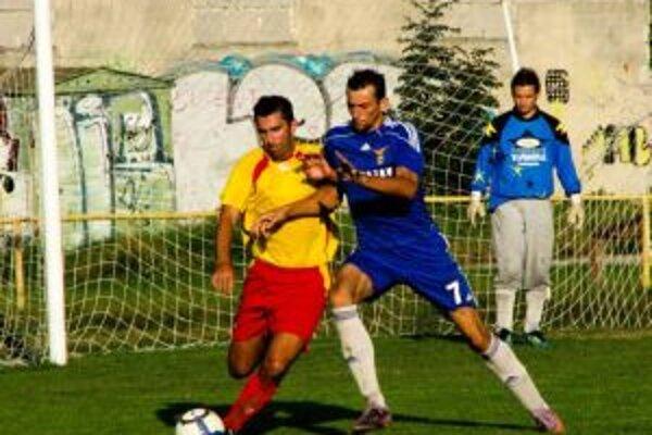Ján Tuharský (v modrom) sa podieľal na výhre 14:0 štyrmi gólmi.