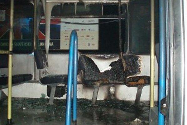 Požiar zničil interiér autobusov.