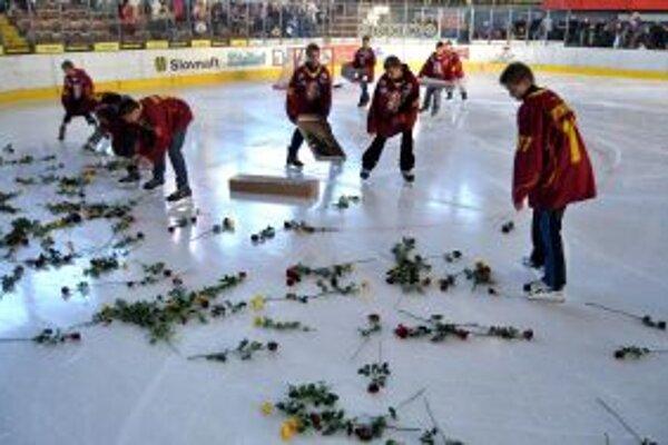 V 38. sekunde zápasu s Banskou Bystricou dopadli na ľadovú plochu stovky červených a žltých ruží.