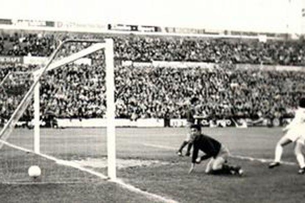 Prvý gól do siete Sadurního dal už v 1. minúte Ľudovít Cvetler.