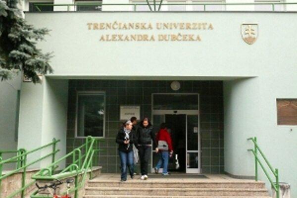Ministerstvo školstva poslalo na univerzitu dve kontroly .
