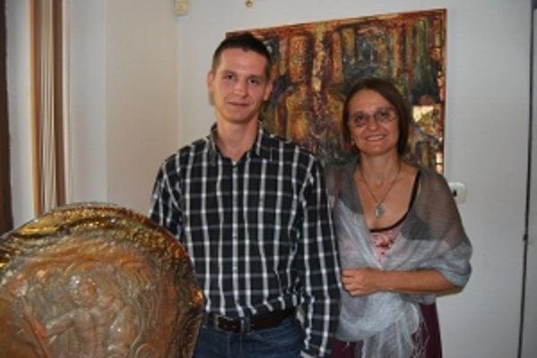 Výtvarníci Maliarka Ingrid Zámečníková so synom, sklárskym výtvarníkom Achilleasom Sdoukosom.