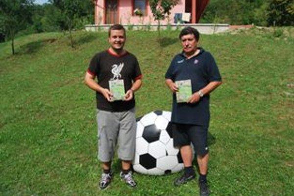 Autor knižky Marián Lacko spolu s futbalovým kronikárom Miroslavom Lehutom.
