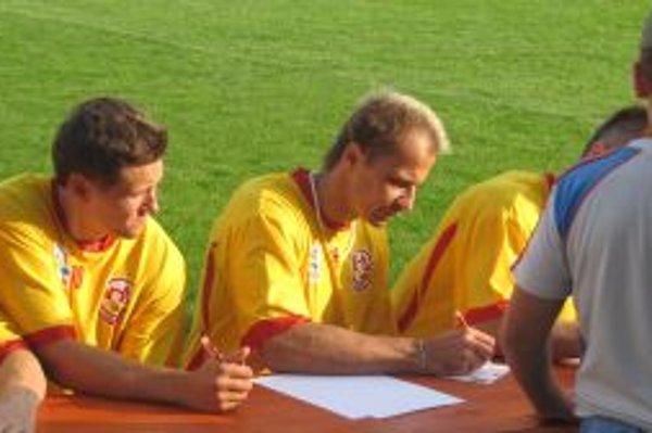 Ján Pardavý (v strede) bude v Dukle pôsobiť aj počas nasledujúcej sezóny.
