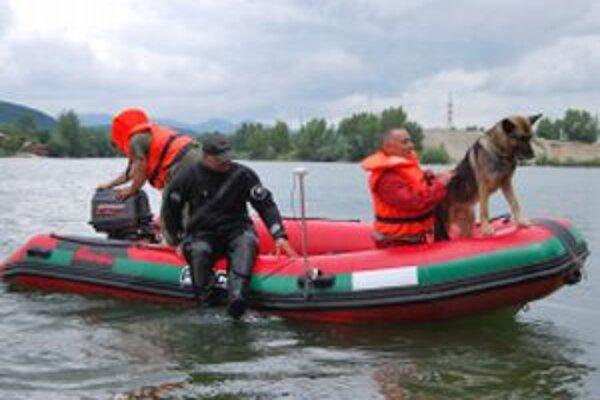 Telo nezvestného mladého muža hľadal potápač aj špeciálne cvičený pes