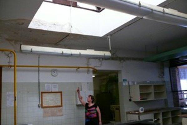 Plesnivá omietka opadáva do priestoro kuchyne