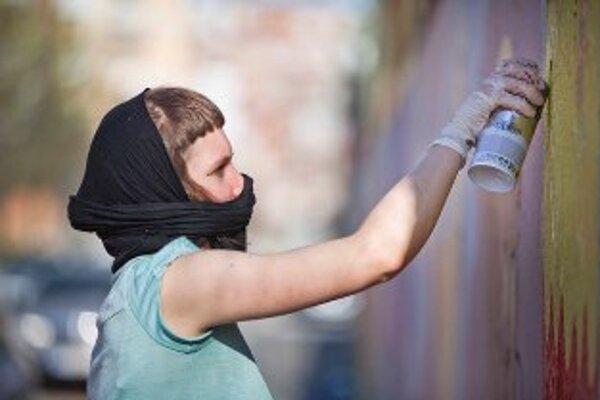Ilustračné foto. Mladí writeri si na námestí zmerajú sily so seniormi v sprejovaní autovrakov.