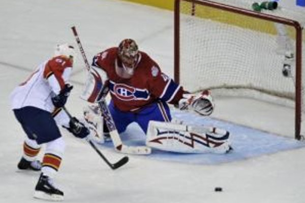 Slovenský brankár klubu zámorskej NHL Montreal Canadiens Jaroslav Halák (vpravo) chytá strelu Coryho Stillmana (vľavo) z Florida Panthers.