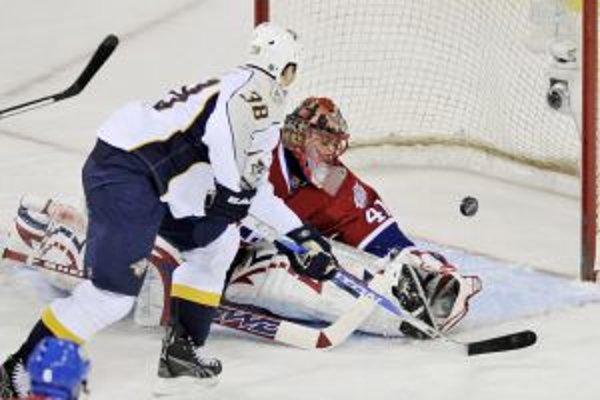 Vernon Fiddler z Nashvillu (vľavo) dáva gól do siete slovenského brankára Montrealu Canadiens Jaroslava Haláka.