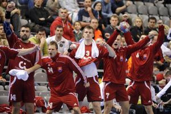 Radosť slovenských hádzanárov po remíze s Maďarskom na svetovom šampionáte bola obrovská.  Zľava Andrej Petro, Martin Stranovský, Csaba Czücs, Juraj Nižňan a Tomáš Urban.