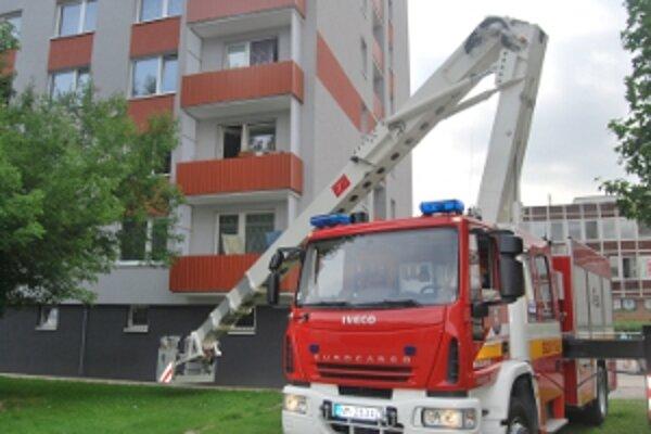Novomestskí hasiči zasahovali v najvyššom paneláku v meste.