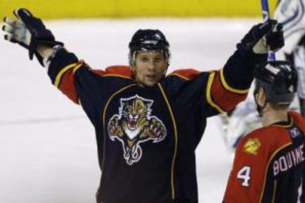 Slovenský pravý krídelník Floridy Panthers Richard Zedník sa raduje z gólu na 5:4 v predĺžení zápasu zámorskej hokejovej NHL proti Torontu Maple Leafs.
